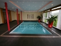 Schwimmhalle Basalt black mit poliertem Fries in Charlie red
