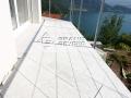Duke white auf einem Balkon verlegt